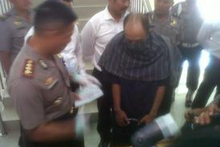 Pelaku pencabulan 9 bocah saat gelar perkara di Mapolrestabes Semarang, Senin (25/8/2014)
