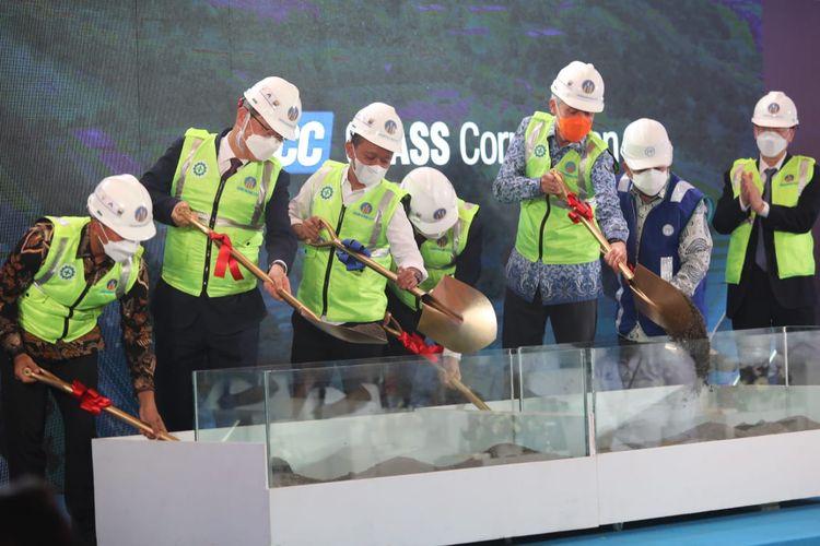 Peletakan batu pertama proyek pabrik kaca terbesar se-Asia Tenggara yang berlokasi di Kawasan Industri Terpadu (KIT) Batang, Jawa Tengah (Jateng).