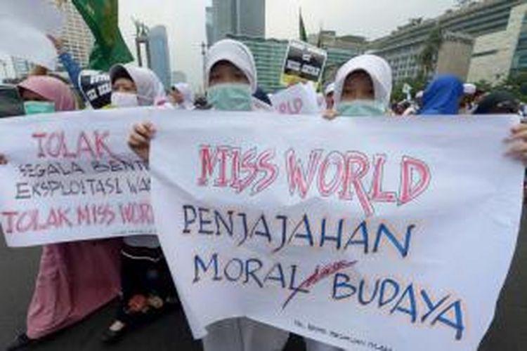 Massa yang tergabung dalam Forum Umat Islam (FUI) menolak penyelenggaraan kontes Miss World dengan berunjuk rasa di Bundaran Hotel Indonesia, Jakarta, Selasa (3/9/2013). Kontes Miss World akan digelar di Bali dan Bogor pada 1-14 September.