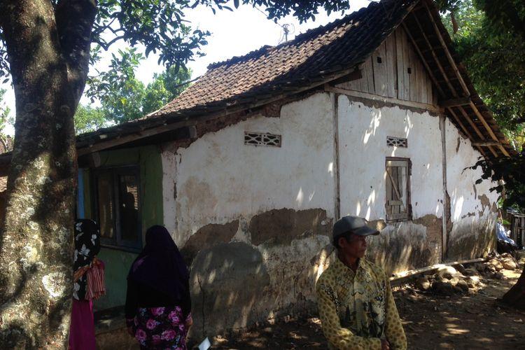 Tembok rumah milik Sunarto, warga Tambrangan, Kota Semarang terlihat terkelupas. Rumahnya bersama 20 rumah lain akan dibedah bulan Agustus 2017 ini.