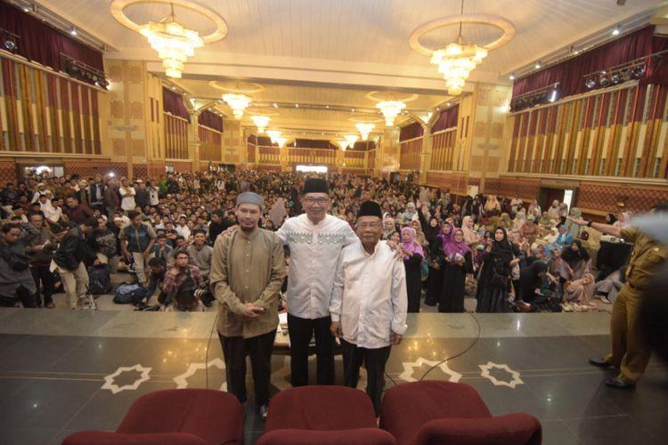 Ustaz Rahmat Baequni, Gubernur Jawa Barat Ridwan Kamil, dan Ketua MUI Jabar Rahmat Syafei saat berfoto usai berdialog membahas polemik desain masjid di Gedung Pusdai Jabar, Senin (10/6/2016).