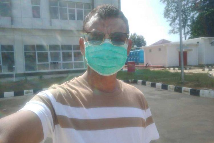 Kabid Humas Polda Bengkulu, Kombes Sudarno saat berjemur ketika menjakankan isolasi mandiri di RSUD. M. YUNUS