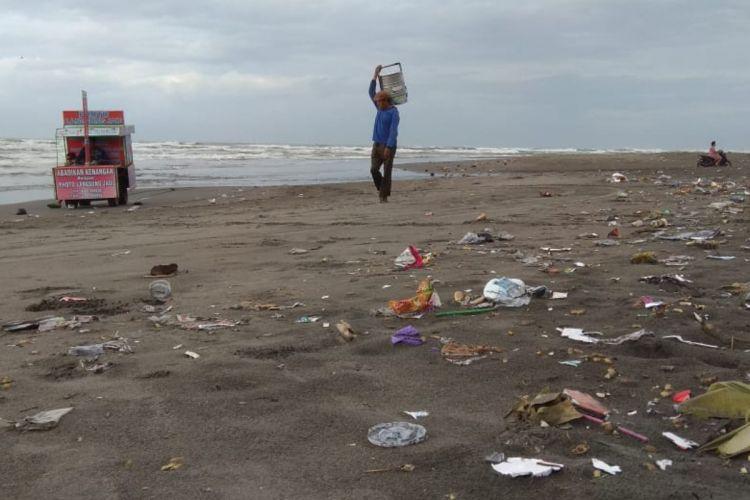 Sampah Berserakan di Sekitar Pantai Parangtritis, Bantul, Yogyakarta Rabu (2/1/2019)