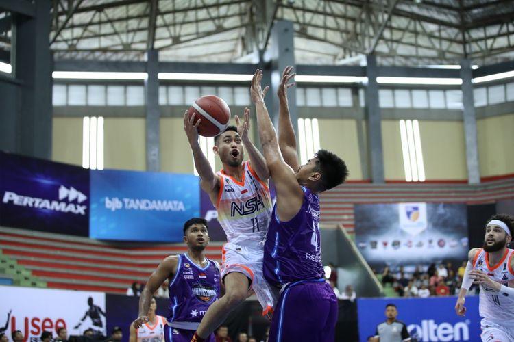Pertandingan seri kelima IBL Pertamax 2020 antara NSH Jakarta vs Amartha Hangtuah, di GOR Jayabaya, Kediri, Jawa Timur, Sabtu (29/2/2020).