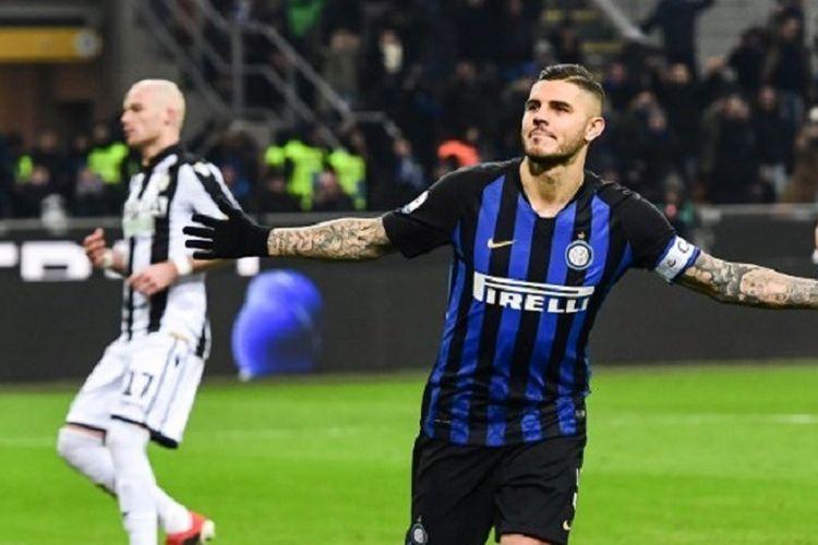Gaya selebrasi Mauro Icardi seusai mencetak gol melalui titik penalti pada pertandingan Inter Milan vs Udinese dalam lanjutan Liga Italia di Stadion Giuseppe Meazza, 15 Desember 2018.