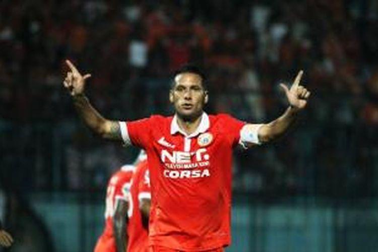 Penyerang Persija Jakarta, Raphael Maitimo, merayakan golnya seusai membobol gawang Gresik United pada terakhir penyisihan Grup A Piala Jenderal Sudirman, di Stadion Kanjuruhan Malang, Selasa (1/12/2015).