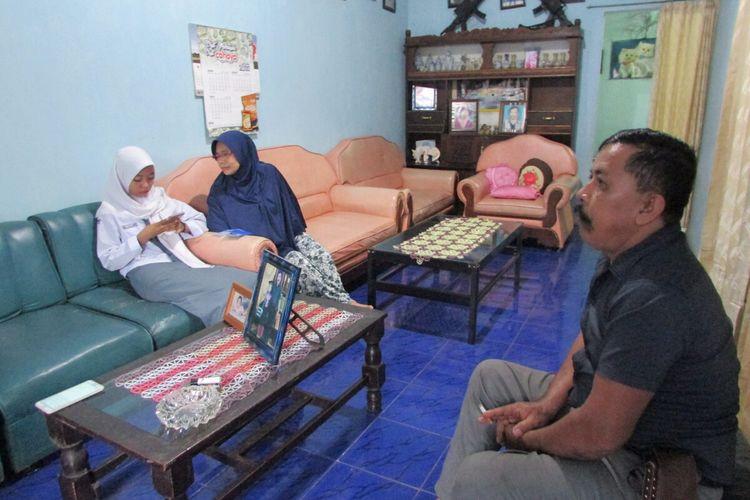 Nabila Azzahra (16) tengah bersama kedua orangtuanya di kediamannya Jalan Manggarupi, Sungguminasa, Kabupaten Gowa, Sulawesi Selatan. Senin, (13/1/2020).