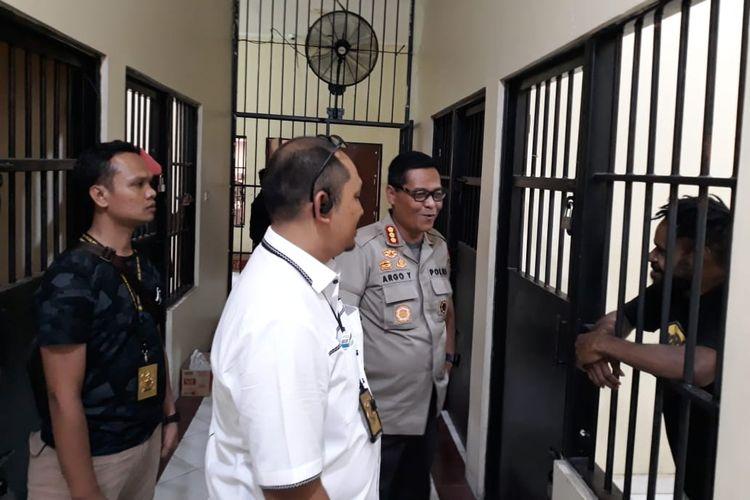 enam tersangka dalam kasus pengibaran bendera bintang kejora yang ditahan di Rutan Mako Brimob Kelapa Dua, Depok, Jakarta Barat