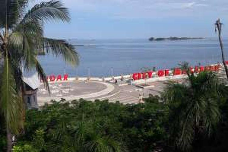 Pemandangan Pantai Losari dari rooftop Pod House Losari Makassar, Sulawesi Selatan, Minggu (19/6/2016).