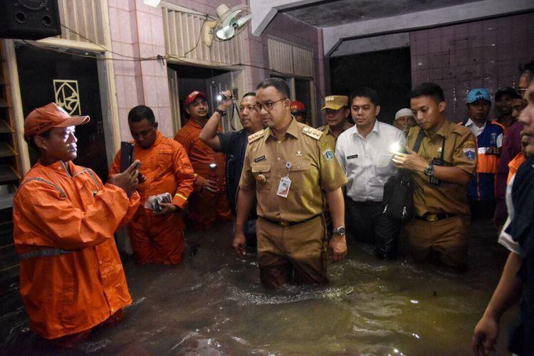 Gubernur DKI Jakarta Anies Baswedan meninjau lokasi tanggul jebol di Jati Padang, Senin (11/12/2017).