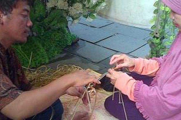 Pengunjung belajar membuat wayang di Stan Museum Wayang dalam kegiatan Kampung Betawi di Kota Tua, Jakarta Barat, Sabtu (16/11/2013).