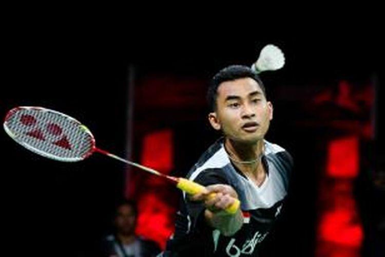 Pemain tunggal putra Indonesia, Tommy Sugiarto, mengembalikan kok ke arah pemain Tiongkok, Tommy Sugiarto, pada semifinal Kejuaraan Dunia di Ballerup Super Arena, Kopenhagen, Sabtu (30/8/2014).
