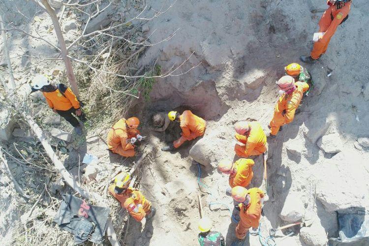 Tim SAR? mengevakuasi korban gempa Lombok yang tertimbun longsor.