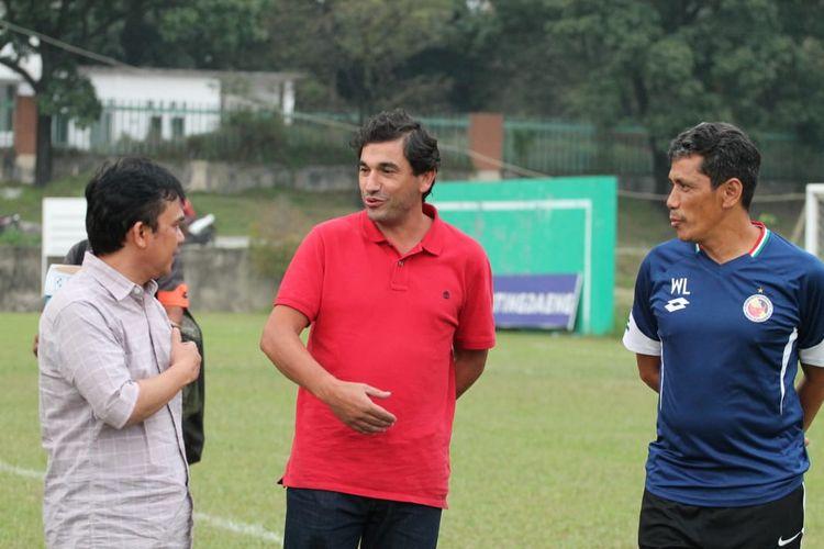 Pelatih baru Semen Padang Eduardo Almeida ketika berdiskusi dengan CEO Semen Padang Hasfi Rafiq dan Weliansyah