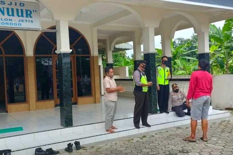 LOKASI BUANG BAYI-Aparat Polsek Jetis Ponorogo sementara melakukan olah tempat kejadian perkara pembuangan bayi di Masjid An Nur, Desa Kutu Kulon, Kecamatan Jetis, Kabupaten Ponorogo, Jumat (19/2/2021) sore.