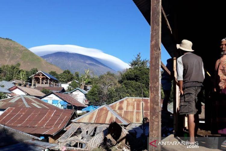 Fenomena topi awan di Gunung Rinjani, NTB.