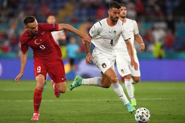 ROMA, ITALIA - 11 JUNI: Pemain Turki Kenan Karaman berduel dengan bek sayap Italia Leonardo Spinazzola dalam laga Grup A Euro 2020 di Stadion Olimpico, 11 Juni 2021.
