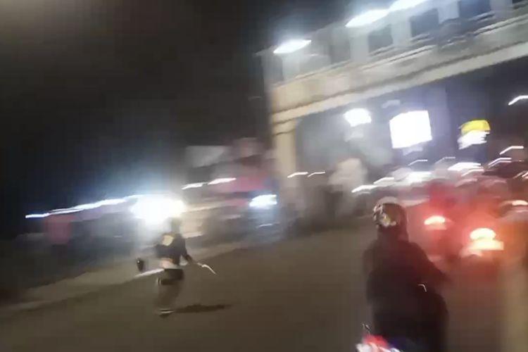 Salah satu kelompok organisasi masyarakat membawa senjata tajam saat terlibat bentrokan di Jalan Lenteng Agung Raya tepatnya di dekat Stasiun Lenteng Agung, Jagakarsa, Jakarta Selatan pada Rabu (3/2/2021) malam.
