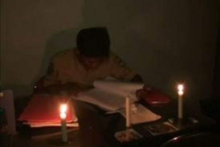 Pemadaman listrik di Kabupaten Mamuju Utara menyebabkan pelayanan publik di kantor-kantor pemerintah lumpuh. Sejumlah pegawai berupaya melakukan pelayanan seadanya dengan menggunakan lilin.