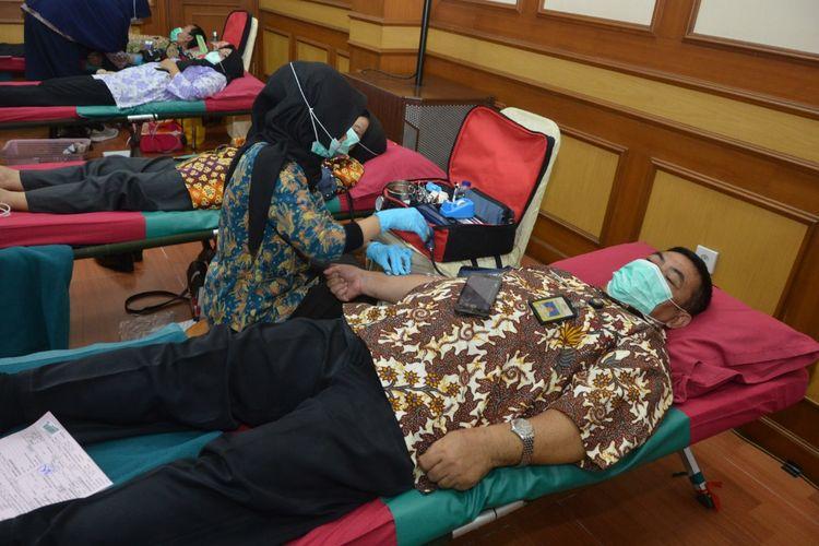 Para pegawai Kementerian Pertahanan melakukan donor darah untuk membantu pasien positif virus corona.