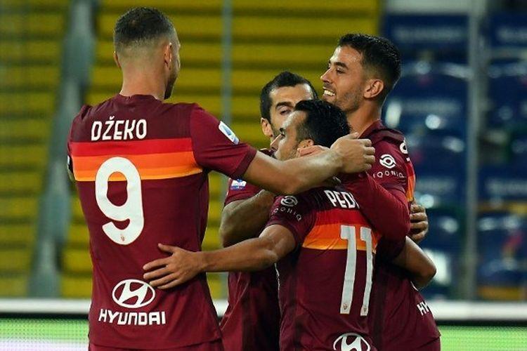 Para pemain AS Roma merayakan gol Pedro Rodriguez ke gawang Udinese pada laga lanjutan pekan ketiga Liga Italia 2020-2021 di Stadion Dacia Arena, Sabtu (3/10/2020) atau Minggu dini hari WIB.