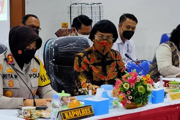 Ketua LPAI Kak Seto bersama Kapolres Tegal Kota AKBP Rita Wulandari saat konferensi pers perkara pencabulan anak, di Mapolres Tegal Kota, Rabu (9/6/2021)