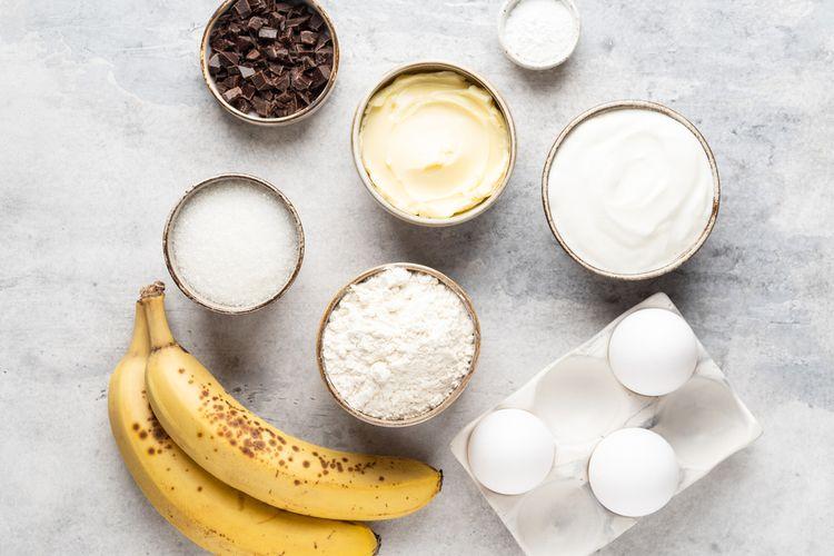 Ilustrasi bahan banana bread termasuk baking powder dan yoghurt.