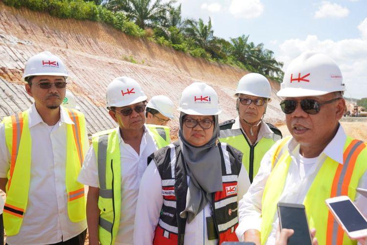 Menteri PUPR Basuki Hadimuljono menjanjikan satu bulan Dana Operasional Menteri (DOM) untuk Direktur Utama Hutama Karya Infrastruktur Aji Prasetyanti jika sanggup mencapai target penyelesaian dan operasional Tol Pekanbaru-Dumai pada April 2020 mendatang. Janji disampaikan Basuki saat meninjau lokasi proyek pada Kamis (20/2/2020).