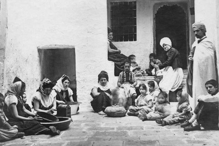 Foto yang menunjukkan orang-orang Yahudi asal Aljazair. Pemerintah Jerman telah secara resmi mengakui para Yahudi yang menjadi korban kekejaman sekutu Nazi di Aljazir.