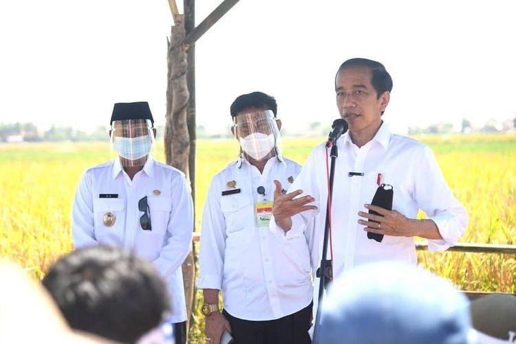 Presiden Joko Widodo saat berdialog dengan petani Indramayu di Desa Wanasari, Kecamatan Bangodua, Kabupaten Indramayu Jawa Barat, Rabu (21/4/2021)