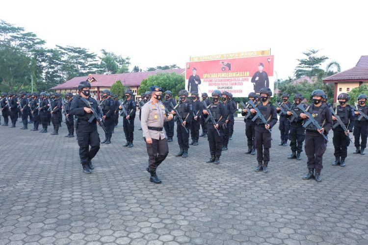 Kapolda Jambi, Irjen Pol A Rachmad Wibowo saat melepas 100 Brimob bertugas ke Puncak Jaya, Papua untuk mengatasi serangan KKB