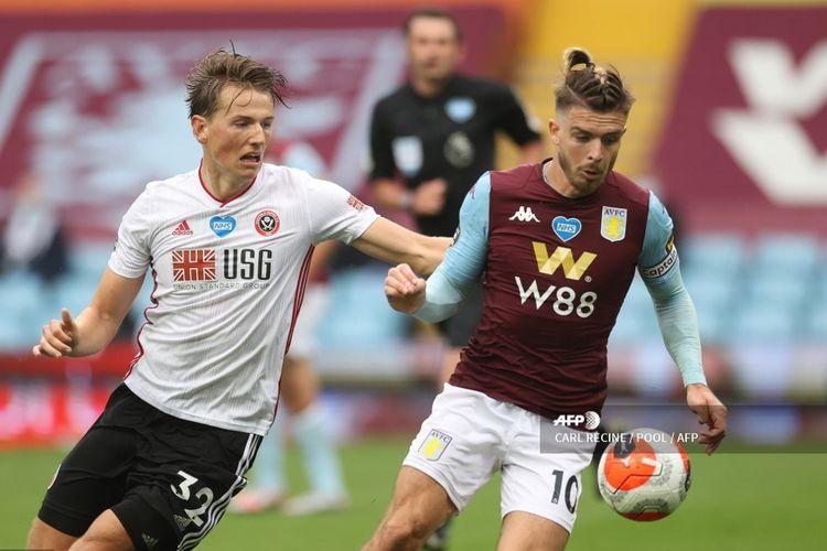 Gelandang Aston Villa, Jack Grealish (kanan) beradu bola dengan pemain Sheffield United, Sander Berge dalam pertandingan Liga Inggris Aston Villa vs Sheffield United di Stadion Villa Park, Kamis (18/6/2020) dini hari WIB.