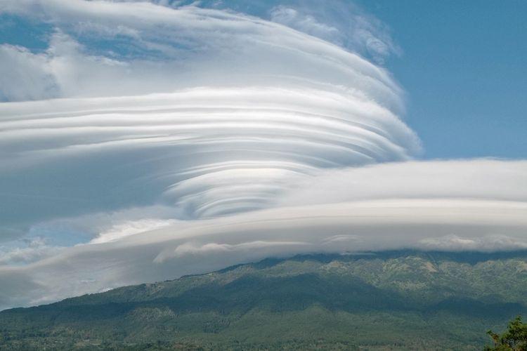 Puncak Gunung Lawu diselimuti awan berbentuk seperti angin puting beliung. Penampakan awan di atas puncak Gunung Lawu terlihat jelas dari Kabupaten Magetan yang berada di sisi sebelah timur Gunung Lawu, Kamis (5/11/2020).