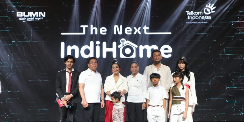 Menteri BUMN RI Rini Soemarno (kelima dari kanan) bersama Direktur Utama Telkom Alex J. Sinaga (kedua dari kiri) dan Brand Ambassador IndiHome yakni Isyana Sarasvati (paling kanan), Jefri Nichol (paling kiri), dan Keluarga Sasono saat acara The Next IndiHome di Jakarta, Senin (25/3).