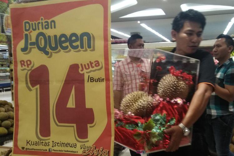 Durian J-Queen dengan harga Rp 14 juta per butir sedang dipajangkan kembali setelah sebelumnya dua butir durian sama laku terjual di Plaza Asia, Kota Tasikmalaya, Sabtu (26/1/2019).