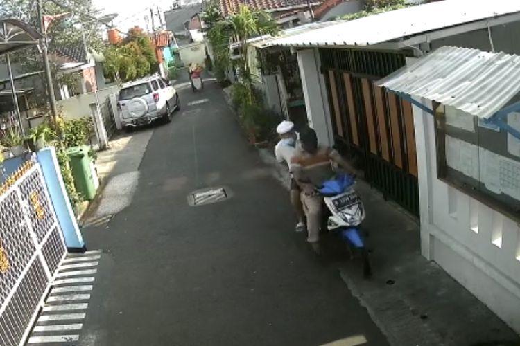 Dalam rekaman kamera CCTV, pelaku terlihat membawa kabur motor Honda Beat putih biru berplat nomor B 3170 SWG milik seorang laki-laki di Gg. H Jimin RT04/ RW 02, Petukangan Utara, Pesanggrahan, Jakarta Selatan pada Senin (23/3/2021).