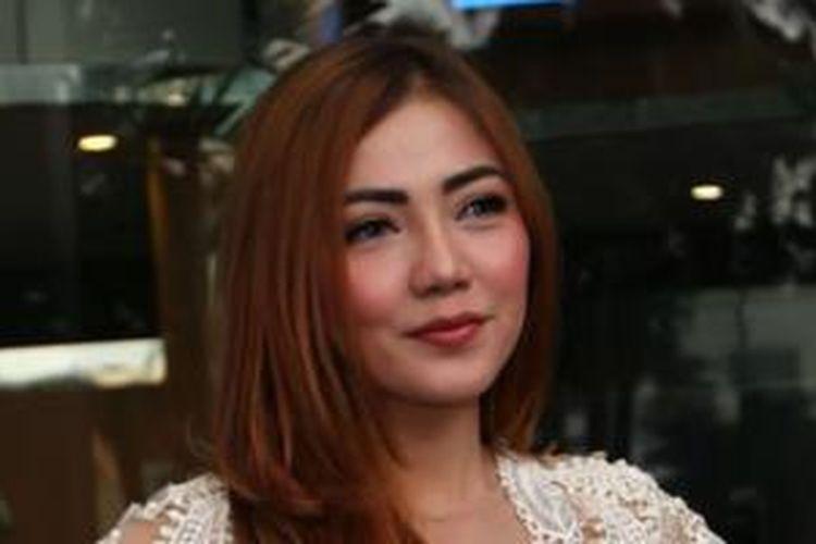 Pemain film Bella Shofie saat ditemui seusai menjadi bintang tamu pada program talk show 'Rumpi' di Studio Trans TV, Tendean, Jakarta Selatan, Jumat (5/6/2015). Bella mengaku dirinya mengenal Robbi Abbas atau RA sang mucikari yang ditangkap pada 8 Mei lalu, namun ia membantah mengenal dekat dengan RA.