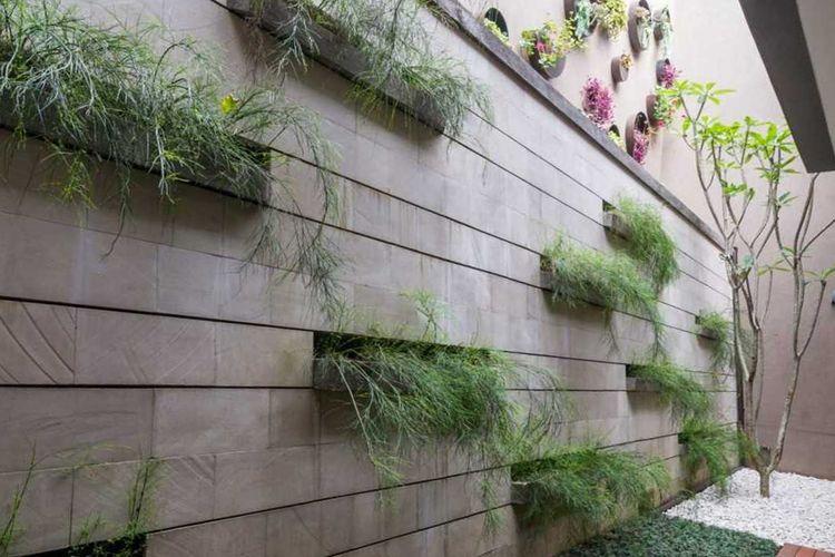 Desain vertical garden dengan lubang-lubang di dinding, karya ARCHID Design & Build