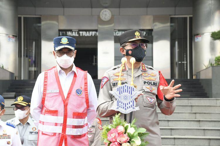 Kepala Korps Lalu Lintas (Kakorlantas) Polri Irjen (Pol) Istiono bersama Menteri Perhubungan Budi Karya Sumadi melepas tim Perwira Pengamat Wilayah (Pamatwil) Operasi Ketupat 2021, Rabu (5/5/2021).