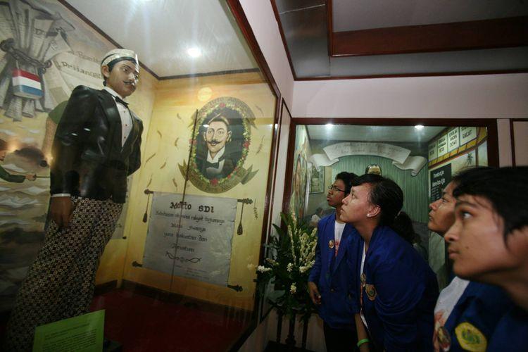 Replika R. M. Tirto Adhi Soerjo, tokoh pers dan persuratkabaran nasional, di Museum Kebangkitan Nasional (Stovia), Jakarta. Tirto adalah tokoh pers yang menerbitkan Medan Prijaji, surat kabar nasional pertama yang mengunakan bahasa melayu.