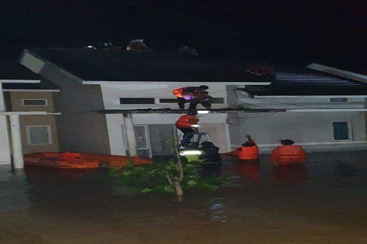 Para korban banjir di Kabupaten Bima yang bertahan diatap rumah saat dievakuasi tim gabungan.