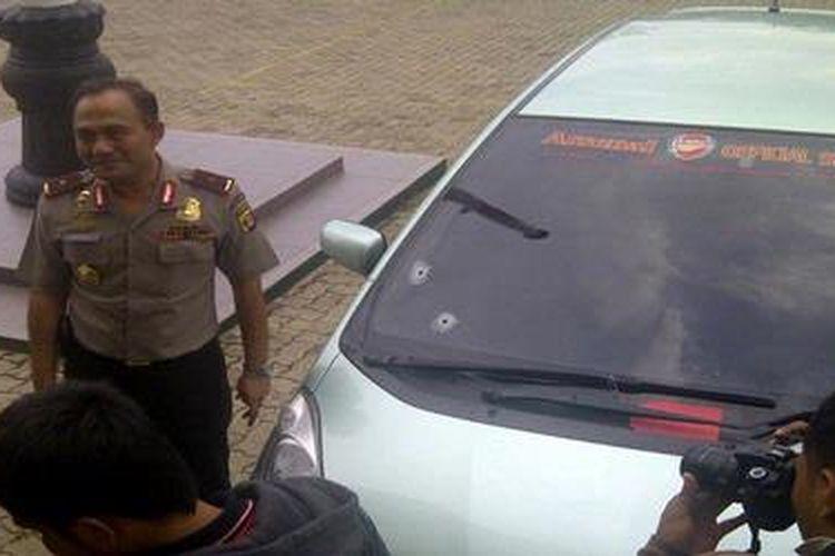 Kepala Polda Lampung Brigjen Pol Heru Winarko memperlihatkan kendaraan yang digunakan pelaku untuk merampok nasabah bank, Rabu (12/12/2012). Kaca mobil itu berlubang terkena peluru polisi.
