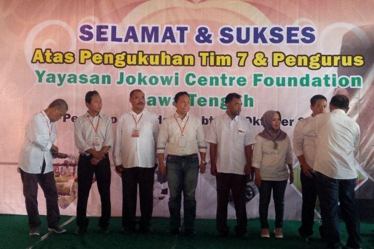 Ketua Jokowi Center Pusat Mulyono saat mengukuhkan Tim 7 Jokowi Center Jawa Tengah di Pendapa Joglo Sriwedari Solo, Jawa Tengah, Sabtu (27/10/2018).