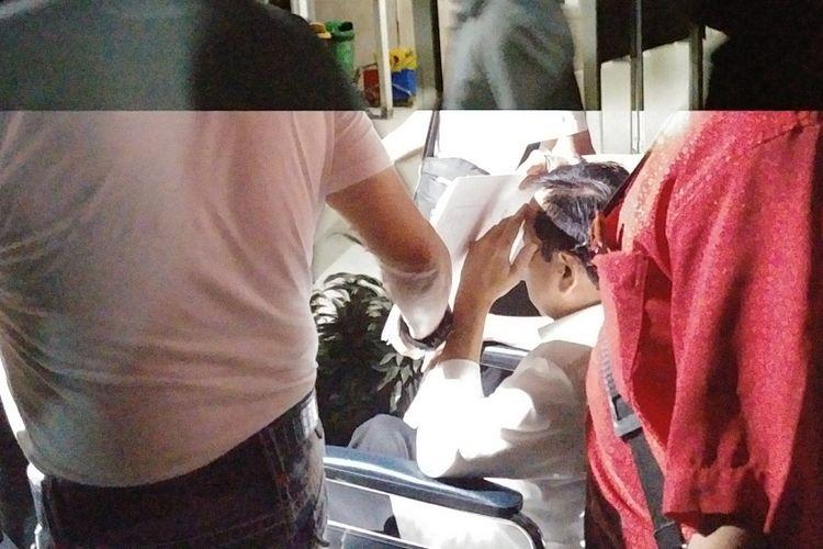 Tersangka kasus E-KTP Setya Novanto dibawa menggunakan kursi roda keluar dari RSCM menuju rutan KPK, Minggu (19/11/2017).
