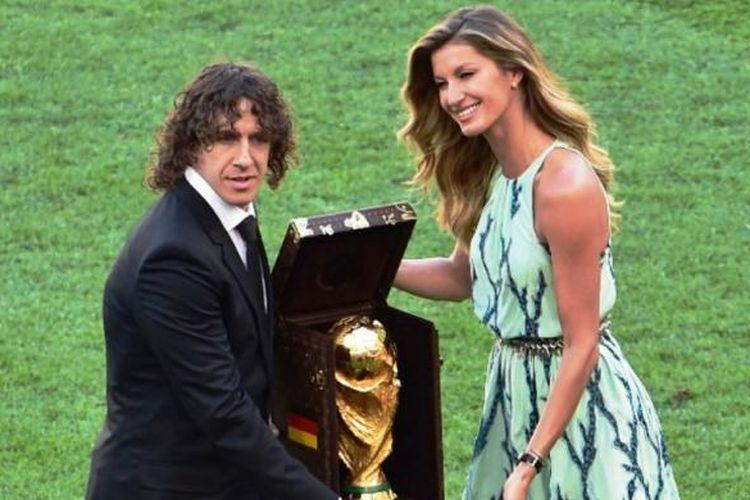 Carles Puyol dan Gisele Bundchen memamerkan trofi Piala Dunia 2014 jelang laga final Argentina vs Jerman di Stadion Maracana, Rio de Janeiro, Minggu (13/7/2014) atau Senin dini hari WIB.