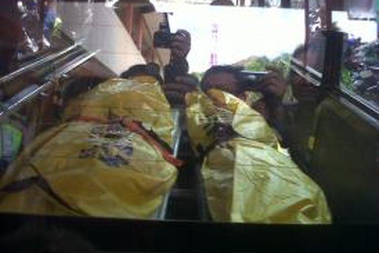 Dua kantong mayat berisi jenazah dua terduga teroris yang diringkus di Tulungagung, Jawa Timur, Senin (22/7/2013).