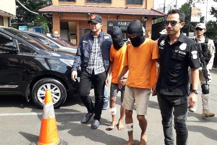 Polisi mengungkap dua tersangka penyekapan penumpang GrabCar terluka akibat mendapat tembakan peringatan pada Jumat (27/4/2018).
