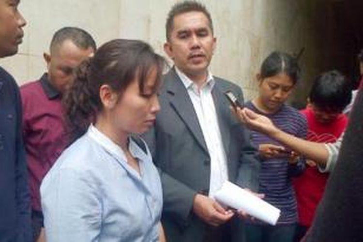Istri Tito Refra Kei, Elisabeth Marline Sitaneley, bersama pengacaranya Tofik Chandra dan sejumlah kerabat, saat mendatangi Ditreskrimum Polda Metro Jaya, Rabu (24/7/2013) pagi. Mereka mempertanyakan perkembangan kasus penembakan yang menewaskan Tito Refra Kei ke penyidik.