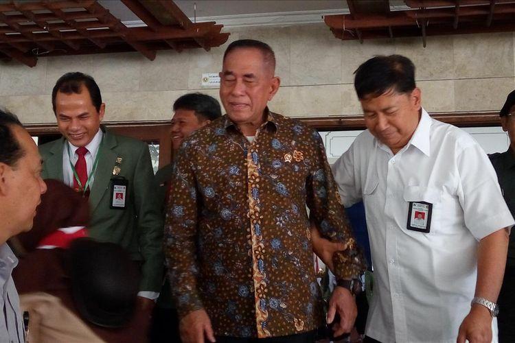Menteri Pertahanan (Menhan) Jenderal TNI (Purn) Ryamizard Ryacudu usai memberi kuliah umum di Universitas Pembangunan Nasional (UPN) Veteran, Yogyakarta