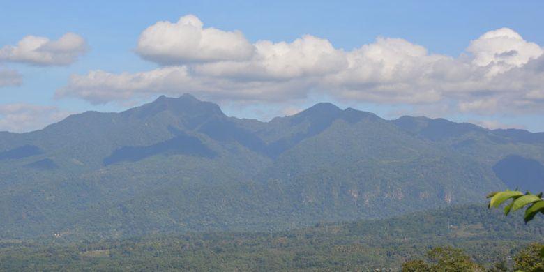 Pemandangan alam dengan gunung di sisi barat dari kawasan Mbeling memberikan keunikan tersendiri bagi turis yang berwisata Ekologi di Desa Gurung Liwut, Manggarai Timur, Flores, NTT, Senin (14/8/2017).